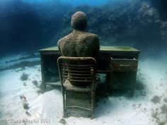 Miała wrażenie, że stoi na maleńkiej wyspie. Otacza ją ocean książek. Kiedyś…