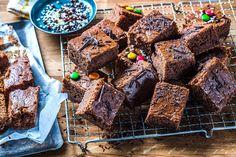 Her har du oppskriften på en enkel og rask sjokoladekake i langpanne. Med vaniljesaus i røren, blir sjokoladekaken skikkelig saftig, søt og god. Dessert Cake Recipes, Desserts, Lchf, Brownies, Sweets, Meat, Baking, Food, Cakes