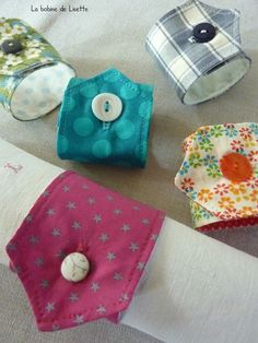 In this article, we propose creative ideas that are easy to create for the creation of napkin rings: Diy Couture, Couture Sewing, Fabric Crafts, Sewing Crafts, Sewing Projects, Wrapping Paper Holder, Paper Holders, Creation Couture, Sewing Online