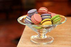 Macarons - 30 ks Macarons Neodolatelné, křehké, vláčné a lahodné... přirozeně bezlepkové Dvě štavnaté, mandlové pusinky spojené lahodným krémem... Takové jsou makrónky. Přinášíme Vám lahůdku z pařížských cukráren v mnoha rozmanitých chuťích. Pro mé makrónky používám výhradně kvalitní suroviny jako jsou mandle, kvalitní kakao a čokoládu, živočišnou ...