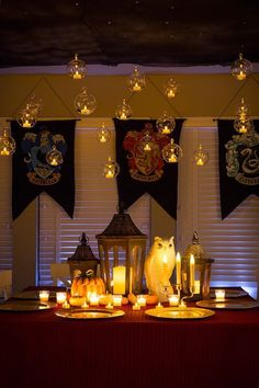 Decorate your table a la Hogwarts to continue the Harry Potter theme. Baby Harry Potter, Deco Noel Harry Potter, Harry Potter Motto Party, Harry Potter Fiesta, Harry Potter Thema, Harry Potter Halloween Party, Theme Harry Potter, Harry Potter Baby Shower, Harry Potter Wedding