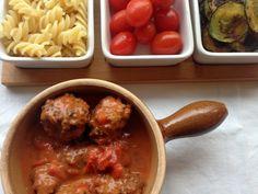Kødboller i tomatsauce. Kødboller af hakket oksekød i en mild og børnevenlig tomatsauce med paprika. Serveres sammen med pasta og squashchips.