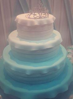 Una torta de ensueño color celeste degradado.