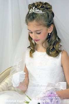 This white first communion veil features two tier with embroidered fleu de lis scalloped design along edge. This girls first communion veil includes attached comb. Veil Hairstyles, Flower Girl Hairstyles, Formal Hairstyles, Wedding Hairstyles, First Communion Veils, Girls Communion Dresses, Peinado Updo, Communion Hairstyles, Girls Updo
