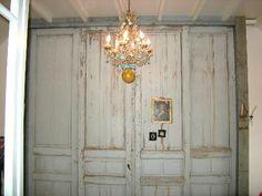Prachtige oude deuren en kroonluchter