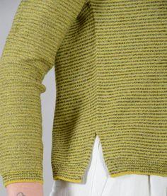 maglia con spalla raglan in lana merino  a righine lavorazione maglia rasata bordi a coste