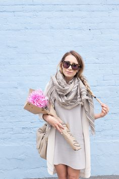 Styling an aritzia blanket scarf for the summer, with a grey shift dress fr Spring Summer Fashion, Autumn Winter Fashion, Spring Outfits, Summer Wear, Winter Style, Fall Fashion, Classy Outfits, Cute Outfits, Outfit Zusammenstellen