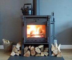 Waalre - Personalisering is het woord wat hoort bij deze Janus 9. De familie Wouters uit #Waalre heeft er namelijk voor gekozen om een hangend haardstel te plaatsen bij de Janus 9 en daarboven op een fluitketel. #Fireplace #Fireplaces Stove, Home Appliances, Living Room, Wood, Italy, House Appliances, Range, Woodwind Instrument, Timber Wood