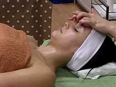 Professional facial massage at Jackie Hamilton School of Beauty Massage Tips, Face Massage, Massage Techniques, Spa Massage, Massage Therapy, Spas, Skin Care Specialist, Esthetician Room, Facial Treatment
