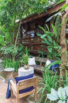 บ้านไม้ บนที่ดินขนาดประมาณ 80 ตารางวา ตั้งอยู่บริเวณทางคู่ขนานกับคลองชลประทานในเขตอำเภอแม่ริม จังหวัดเชียงใหม่ ซึ่งห่างจากตัวเมืองไม่มากนัก ตำแหน่งที่ดิน Timber House, Wooden House, Tiny House, Asian House, Bali, Bamboo House, House Deck, Bungalow House Design, Farm Stay