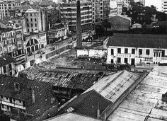 La fábrica de hilados y tejidos, situada en Juan Flórez, fue desmantelada en octubre de 1964. En la imagen se observan las obras de derrumbe de las instalaciones, que se estrenaron en 1872. En 1889 un incendio las redujo a cenizas y fueron reconstruidas en 1891.