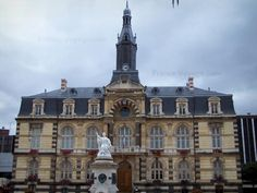 Roanne: Facade of the town hall and sculpture of the fountain - France-Voyage.com