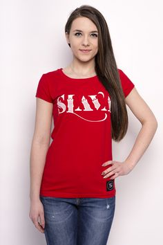 Napis Slava składa się z typografii dwuelementowej, w której cieńszy element został zredukowany. Dzięki temu literu zyskały niedosłowność, która niesie projektowe niedopowiedzenie. Poszczególne elementy okolone są liśćmi dębowego drzewa - symbolu szczęścia Słowian.  Damski T-shirt Slava wykonany został z bawełny z domieszką elastanu.