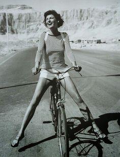"""Las mujeres son las que están a la vanguardia del liderazgo de estos movimientos. La bicicleta te hace libre ... que nadie te prive jamás de sentir la """"Alegría entre tus piernas"""" . #DiaDeLaMujer . Alegría entre tus piernas  https://sabaticrab.com/alegria-entre-tus-piernas/"""