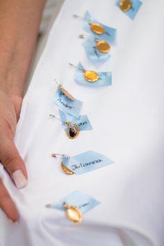 Nome das amigas na barra do vestido da noiva, com plaquinha de Santo Antônio! Depois, é só dar de presente para elas <3 blogtocasando.com