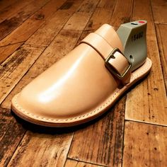 Leather Slippers, Leather Sandals, Half Shoes, Mens Designer Shoes, Stylish Sandals, Unique Shoes, How To Make Shoes, Leather Accessories, Shoe Boots