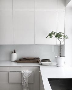 A minimalist kitchen is easy to clean and maintain. It looks chic and in tune with modern interior décor. Minimalism helps to relieve the clutters of a small home as well as a spacious one. Interior Desing, Interior Design Kitchen, Cocinas Kitchen, Scandinavian Kitchen, Cuisines Design, Küchen Design, Design Trends, Modern Kitchen Design, Home Decor Kitchen
