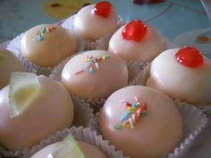 I sospiri o dolci della sposa sono dolcetti glassati tipici pugliesi. I dolci di Bisceglie, sono ripieni di crema pasticcera e vengono preparati in occassione di un matrimonio per celebrare gli sposi.