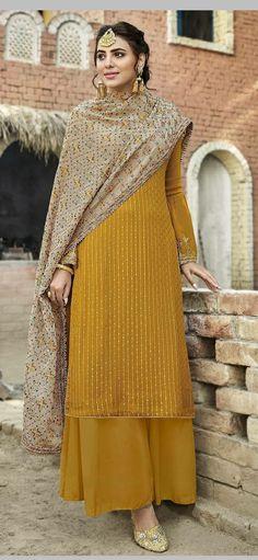 Casual Indian Fashion, Pakistani Fashion Party Wear, Indian Fashion Dresses, Dress Indian Style, Punjabi Fashion, Stylish Dress Designs, Designs For Dresses, Stylish Dresses, Simple Pakistani Dresses