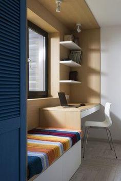 Gosto dessa ideia para a janela do quarto, pois pode resolver bem o espaço, com um armário de uma porta e um trocador que no futuro pode ser a escrivaninha dele(a)