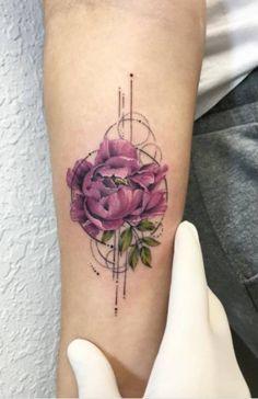 Tatouage pivoine coloré sur l'avant bras