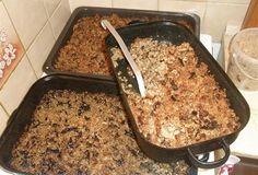 Štědrovečerní kuba Množství: 6 porcí ½ kg velkých krup 15 dkg sušených hub sádlo pokud možno se škvarky 15 dkg špeku sůl pepř majoránka 4 stroužky česneku drcený kmín Houby namočíme uvaříme a zcedíme. Přes noc namočíme kroupy uvaříme doměkka,zcedíme .Na rozehřátém sádle se škvarky orestujeme vařené houby. Tuto směs  přendáme do pekáčku. polijeme rozpuštěným sádlem a upečeme do křupava