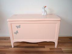 coffre à jouets restauré , rose pêche, décor papillons gris de la boutique atelierdelachoisille sur Etsy