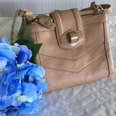 🍍HOST PICK🍍 Steve Madden crossbody Steve Madden crossbody bag. Beige colored. Used once. Lots of pockets! The color from the buckle is chipping (shown in last picture). No trades, offers welcome 😊 Steve Madden Bags Crossbody Bags