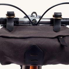 Tanner Goods社製のサイクリング時に便利な、Porter Handlebar Bag(ポーター・ハンドルバー・バッグ)のご紹介です。 本バッグは、丘やビーチ、(あるいは素敵な屋外の場所ならどこでも)に自転車で向かう際に、手を伸ばせば届く場所にちょっとしたストレージ空間を提供する優れた製品。