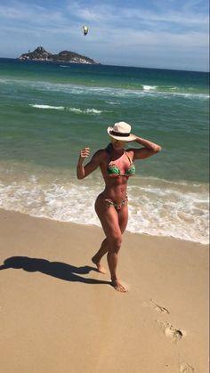 Juju Salimeni como biquíni que cola no corpo e não deixa marcas (Foto: Reprodução/Instagram)
