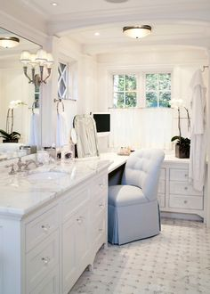 L-shaped make-up vanity - white with natural day light, perfect space !