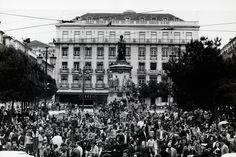 Concentração no Largo de Camões no histórico 25 de Abril de 1974.