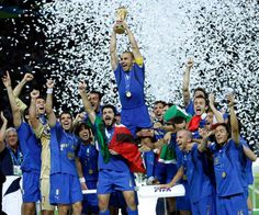 2006: Fabio Cannavaro esulta: l'Italia vince i mondiali di calcio del 2006. #mondiali #azzurri #italia #worldcup