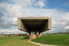 Construido en 2013 en Luque, Paraguay. Imagenes por Leonardo Finotti. Implantación y acceso son suficientes conceptos para explicar este proyecto. Algunos golfistas comentan que en esta competencia el adversario es el...
