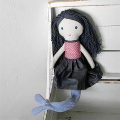 Mořská panenka Autorská mořská panenka s navlékací ploutví pro malé i velké holky. Panenka má ploutev z šedomodrého pevného úpletu, kterou lze kdykoliv svléknout. Bez ploutve poslouží jako klasická panenka s oblékacími šaty. Šaty jsou ušité z tmavě šedého bavlněného saténu v kombinaci se starorůžovým puntíkem. Zapínají se na knoflíky. Panenka je šitá z ...
