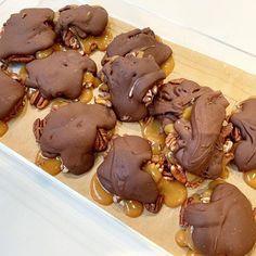 Préparez des Turtles maison encore bien meilleures que celles du commerce! Healthy Breakfast For Kids, Cookie Decorating Party, Bakery Menu, Ice Cream Floats, Butter Cookies Recipe, Toasted Almonds, Candy Store, Cookies And Cream, Dessert Bars