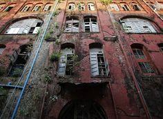 Spookachtig mooie beelden van desolate gebouwen: Een vervallen koloniaal gebouw in Rangoon, de hoofdstad van Birma.© Reuters