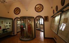 Museo del Burcardo - Le sale - Costumi di Ettore Petrolini per Fortunello e Nerone; nella bacheca a sinistra, il cilindro e il bastone usati per Gastone