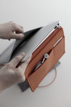 Felt Case is aminimalistcase that can house various electronic devices such as aniPad or MacbookAir 11″.