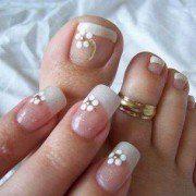 Unhas de mãos e pés decoradas com francesinha