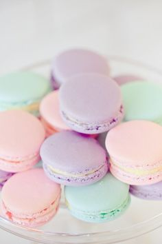 Macarons in sweet pastel. We looove macarons! Pastel Macaroons, French Macaroons, Cute Food, Yummy Food, Image Pastel, Kreative Desserts, Pastel Party, Valentines Day Party, Pretty Pastel