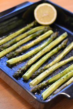 Parsan makuun päästyä on sitä valmistettava uudestaan ja uudestaa. Vappuna teimme mummilassa järkyttävän määrän grillattua parsaa ilmakuivatulla kinkulla. Sweet Recipes, Vegan Recipes, Cooking Recipes, Oven Roasted Asparagus, British Dishes, My Cookbook, Halloumi, Green Beans, Food And Drink