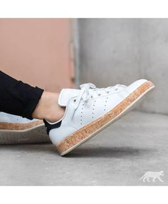 Adidas Stan Smith Cork Sole Blanche Noir Simple color but did not lose elegance, it is suitable for young artists.