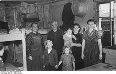 Bundesarchiv_Bild_146-2004-0100,_Bayern,_Hof_Moschendorf,_Flüchtlingslager.jpg 800×515 pixels
