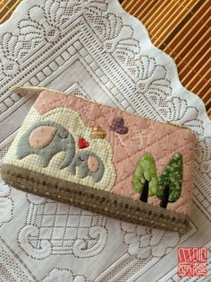 How cute this is Japanese Patchwork, Patchwork Bags, Quilted Bag, Patch Quilt, Applique Quilts, Embroidery Applique, Small Quilts, Mini Quilts, Quilting Projects