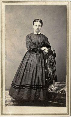 CIVIL WAR ERA FULL-LENGTH CDV PHOTO PORTRAIT OF YOUNG WOMAN &NEW YORK STUDIO