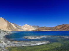 Agua azul con remolinos verdes en el lago Pangong, en Ladakh, India. El lago del Himalaya se encuentra en la frontera entre China e India y es tema de muchas disputas territoriales entre China y la India