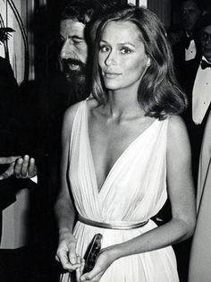 Lauren Hutton, 1975. Menos é mais. A modelo optou pelo look natural para ir ao Oscar, combinando seu vestido de chiffon cor pastel com um cinto metálico e um brilho sutil no lugar de jóias. Foto: The Hollywood Reporter