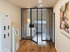 Designová a inovativní.  Celoskleněná příčka DIGERO s otočnými dveřmi dokáže svým industriálním vzhledem vykouzlit elegantní předěl mezi pokojem a chodbou. Divider, Room, Furniture, Design, Home Decor, Home Furnishings, Interior Design, Home Interiors, Decoration Home