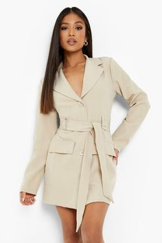 Keep toasty this season with our collection of petite coats and jackets. From petite trench coats to petite teddy coats, our coats for petite women are specifically designed to fit all you girls sitting pretty at 5'3'' and under. Step out in a petite blazer or pass the vibe check in a petite puffer jacket. Whatever your style, we've got you, girl. This one would look dreamy with a pair of straight leg jeans, an oversized hoodie and chunky trainers.